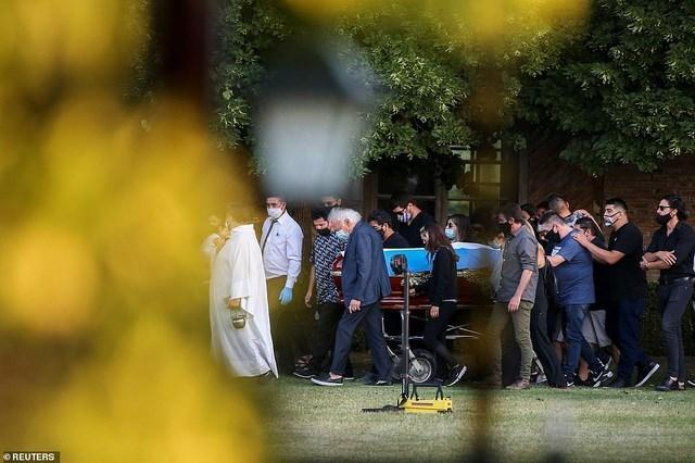 Sau lời phát biểu của linh mục phụ trách buổi lễ, những người có mặt rơi nước mắt tiễn biệt Maradona lần cuối. Ông an nghỉ trong nghĩa trang cùng với người mẹ Dona Tota (qua đời năm 2011) và người bố Don Diego (mất năm 2015). Ảnh: Reuters.
