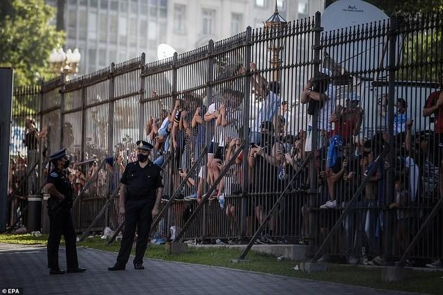 Người hâm mộ tập trung bên ngoài Phủ Tổng thống để tiễn biệt Maradona. Ảnh: EPA.