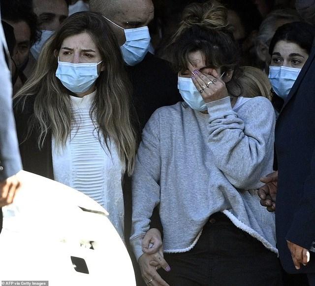 Người thân đã không kìm được nước mắt trong lúc đưa tiễn Maradona. Ảnh: AFP.