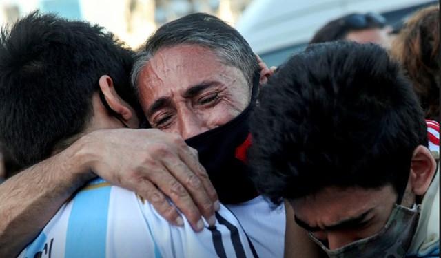 Người hâm mộ không kìm được xúc động khi tiễn biệt huyền thoại Maradona về nơi an nghỉ cuối cùng. Ảnh: Reuters.