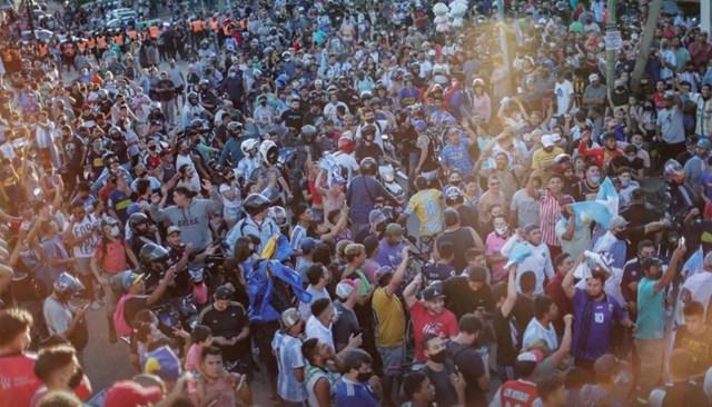 Đám đông trở nên hỗn loạn khi đoàn xe tang chở linh cữu Maradona đi qua. Ảnh: Reuters.