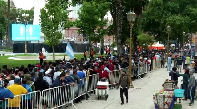 Dòng người nối dài trên đường phố chờ tiễn biệt Maradona. Ảnh: Reuters.