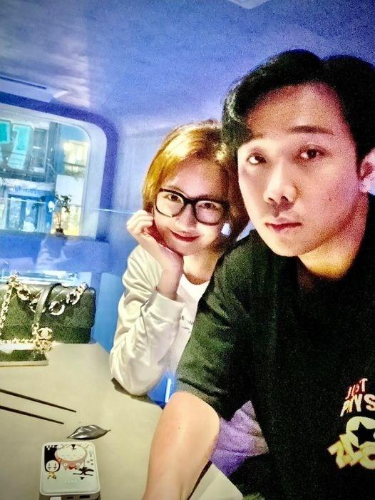 """Trấn Thành đăng ảnh bày tỏ cảm xúc nhớ Hariwon khi cô đang ở Hàn Quốc. Ngay lập tức, Hariwon bình luận ngọt ngào: """"Nhớ chồng lắm ah. Không có anh giống như nước biển mà không có muối""""."""