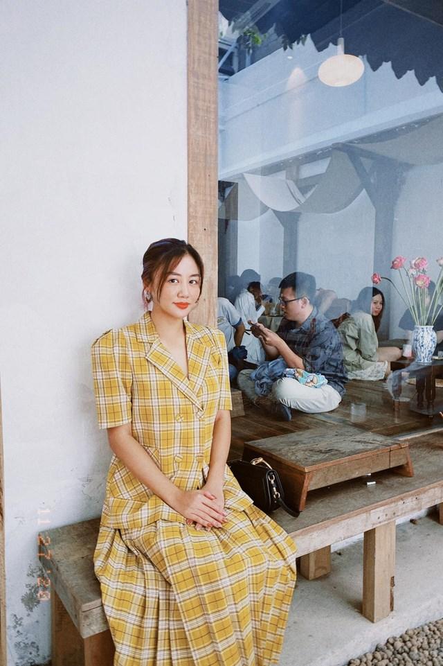 Văn Mai Hương đẹp nền nã trong bộ váy mang phong cách Vitage đi café cuối tuần tại một không gian mang đậm phong cách cổ trang Hàn Quốc.