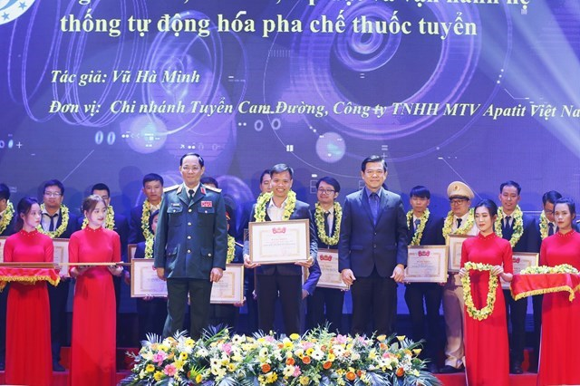 Phó Trưởng ban Dân vận Trung ương Nguyễn Hồng Lĩnh; Thượng tướng Trần Quang Phương, Phó Chủ nhiệm Tổng cục Chính trị Quân đội Nhân dân Việt Nam trao Giải thưởng Tuổi trẻ sáng tạo toàn quốc năm 2020.