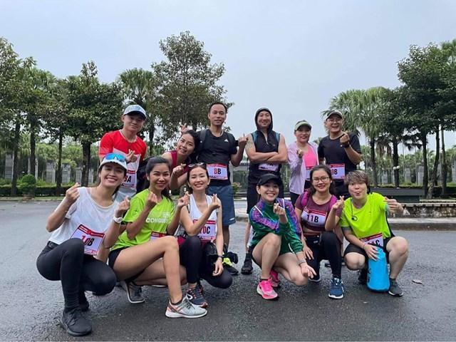 Sáng Chủ Nhật, Phan Lê Ái Phương tham gia chạy tiếp sức từ thiên cùng những người bạn.