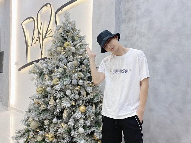 """Tuấn Trần """"đọ sắc"""" cùng cây thông Noel: """"Lần đầu tiên tự mua cây thông về trang trí. Cây bên trái cao 2m1 nặng 15 kg, Cây bên phải cao 1m86 nặng 75 kg"""""""