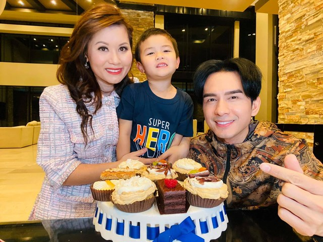Anh Bo Đan Trường hạnh phúc mừng sinh nhật cùng vợ và con trai ở Mỹ.