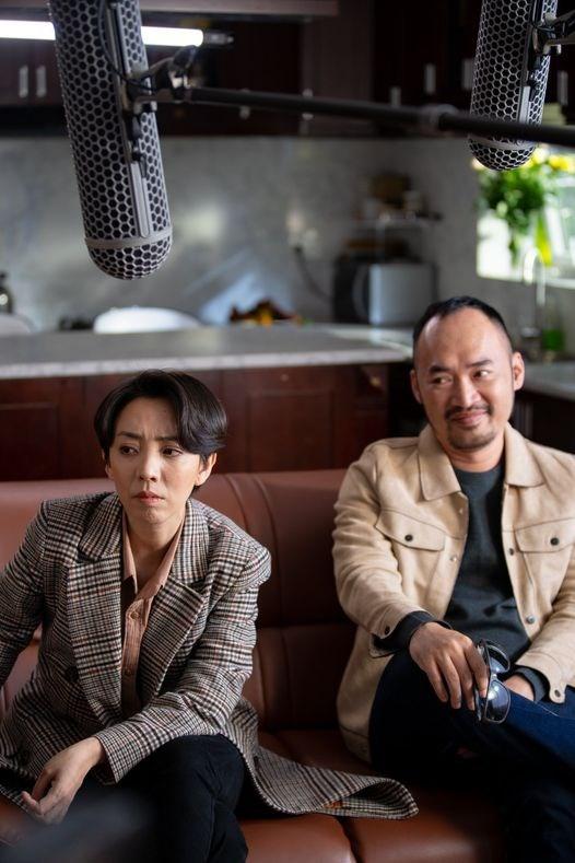 """Diễn viên Tiến Luật đăng ảnh ngồi cạnh bà xã Thu Trang với câu bông đùa: """"Lần đầu gặp em, anh đã biết nói dối""""."""