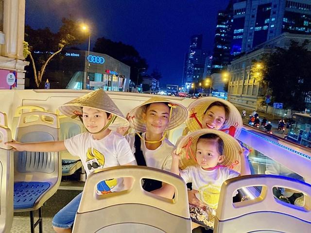Gia đình Khánh Thi - Phan Hiển đội nón lá khám phá Sài Gòn trên xe bus hai tầng.