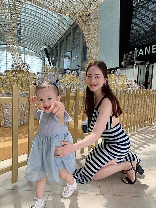 Diễn viên Lan Phương bên con gái lai Tây.