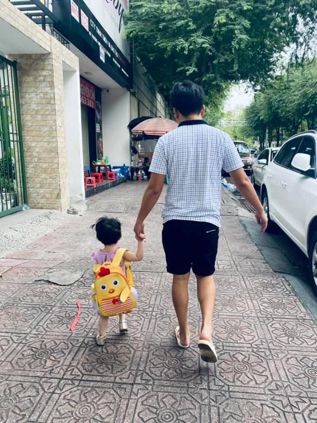 """Nhã Phương đăng ảnh chụp từ đằng sau của ông xã Trường Giang và công chúa nhỏ với câu nhắn nhủ: """"Sức khoẻ quan trọng nhất, học thì cả đời. Từ ngày mai Ny phải ở nhà rồiiii""""."""