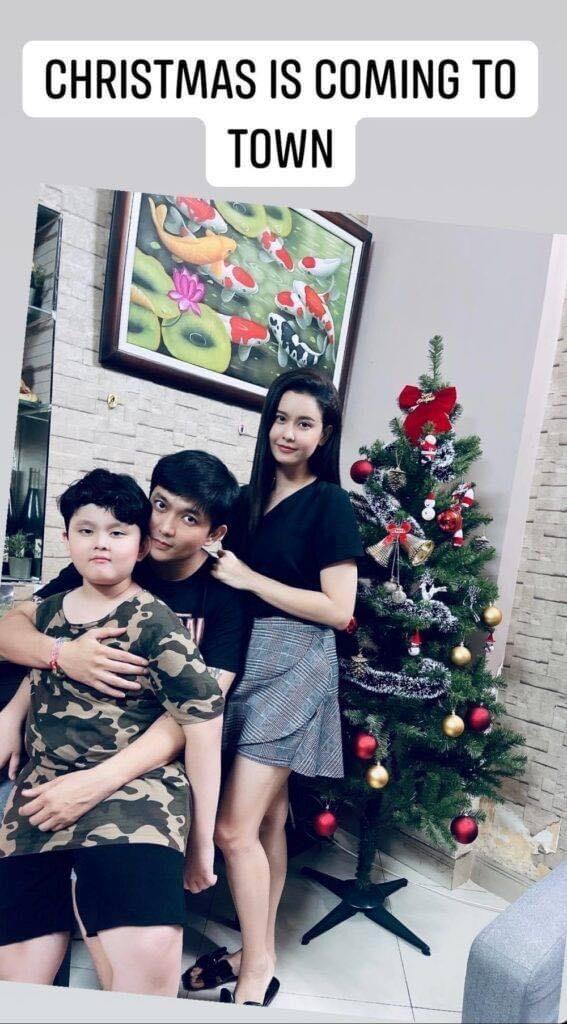 Dù đã chính thức chia tay nhưng Tim và Trương Quỳnh Anh vẫn giữ mối quan hệ tốt, thường xuyên gặp nhau vì bé Sushi. Nhân dịp lễ Noel sắp tới, Trương Quỳnh Anh mua cây thông mang đến nhà Tim làm quà cho hai bố con.