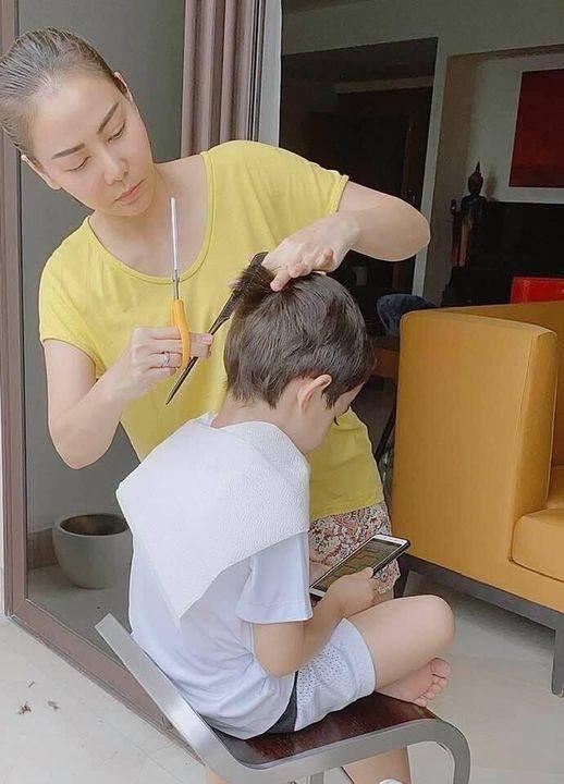 Ca sĩ Thu Minh tự tay cắt tóc cho con trai trong những ngày ở nhà chống dịch.