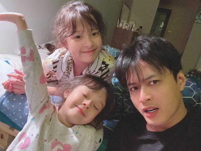 """Diễn viên Hồng Đăng đùa nghịch cùng 2 công chúa: """"Các con tôi tạo mẫu tóc cho ba xong khen đẹp trai nức nở đây""""."""