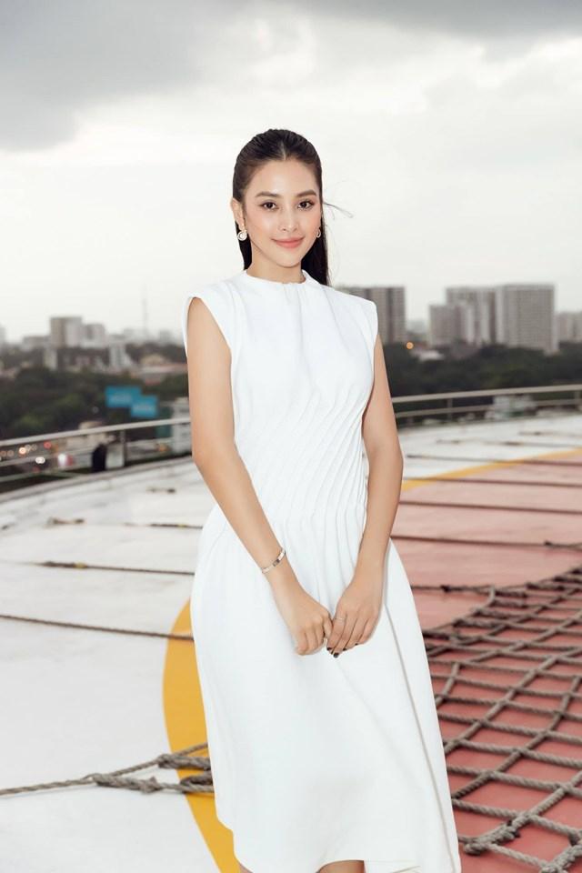 """Hoa hậu Trần Tiểu Vy đẹp không tì vết trong chiếc đầm trắng. Cô dí dỏm: """"Mỗi cây mỗi hoa. Mỗi nhà mỗi cảnh. Mỗi mình đáng yêuuuu""""."""