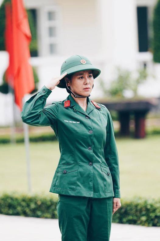 """""""Hoa hậu làng hài"""" Nam Thư biểu cảm trong trang phục của quân nhân khi tham gia chương trình """"Sao nhập ngũ"""" 2020."""