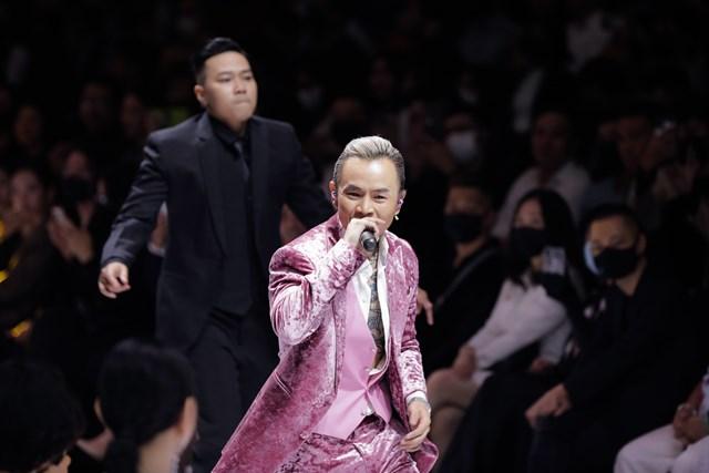 Nam ca sĩ Binz điển trai trong thiết kế màu hồng phong cách làm nên thương hiệu của mình.