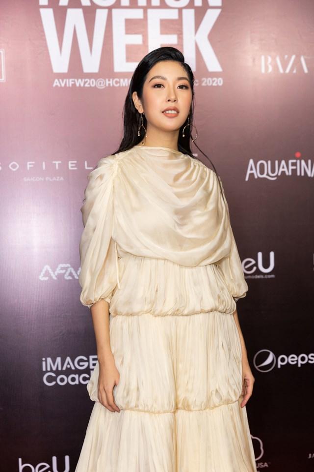 Á hậu Hoàn vũ Việt Nam 2019 Thúy Vân nổi bật với trang phục xếp ly cầu kỳ, thu hút.