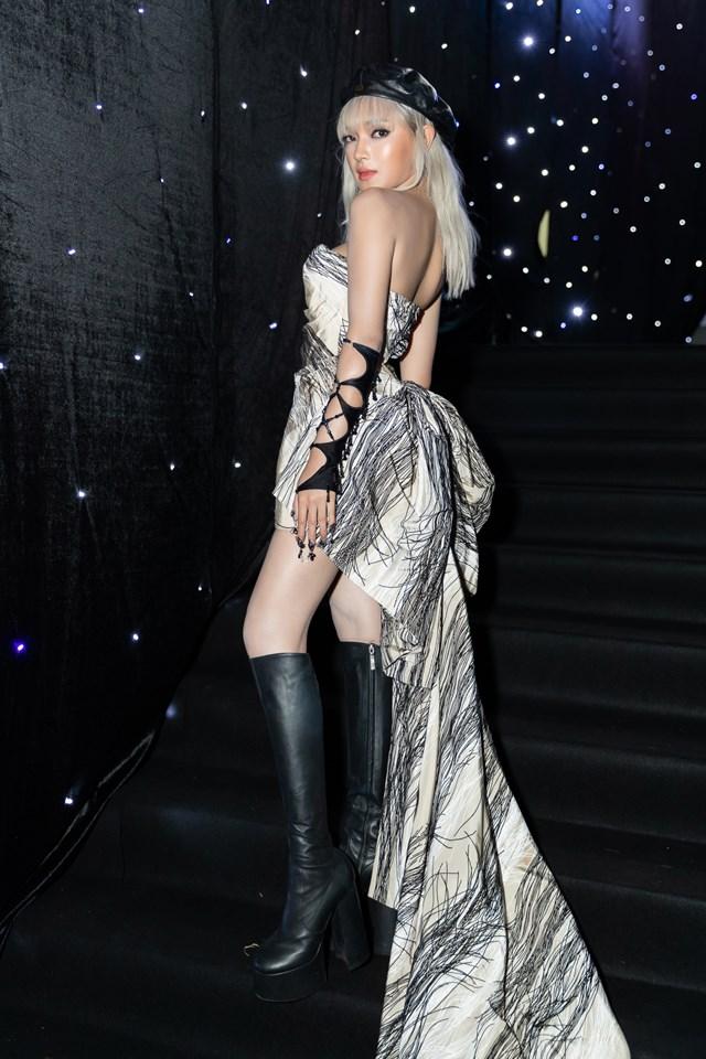 Chiếc đầm đuôi dài được cắt may khéo léo làm tôn thêm vóc dáng của người đẹp.