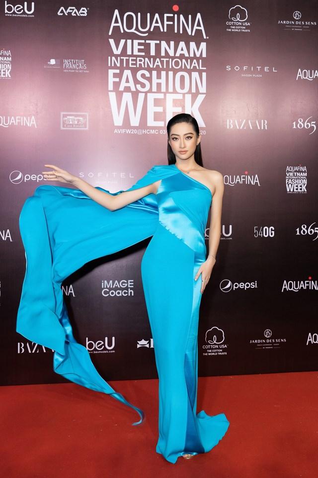 Miss World Vietnam 2019 Lương Thùy Linh thời thượng trong thiết kế màu xanh nổi bật, lối trang điểm nâu Tây cùng dáng tóc đơn giản càng giúp cho hình ảnh nàng hậu thêm cuốn hút.