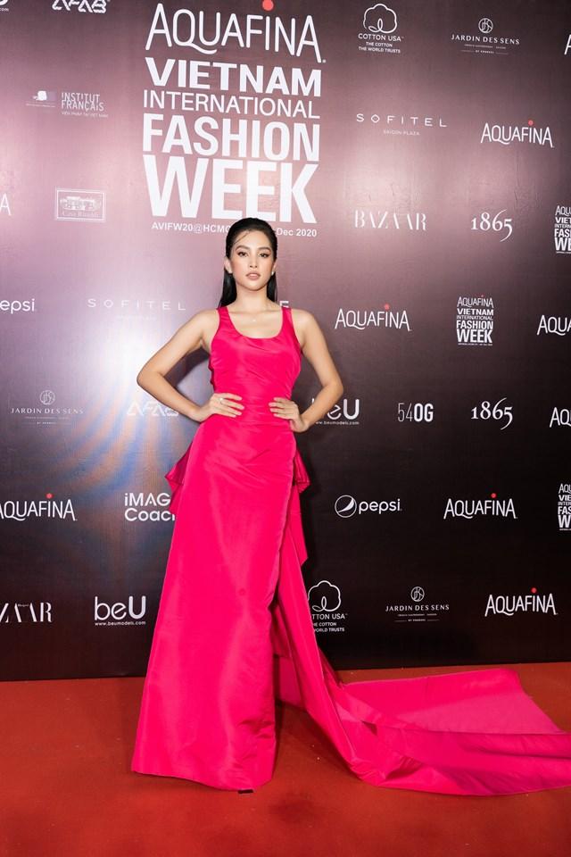 Hoa hậu Việt Nam 2018 Tiểu Vy nữ tính trong chiếc đầm dạ hội màu sắc nổi bật, thiết kế đơn giản nhưng cũng không kém phần thời thượng.