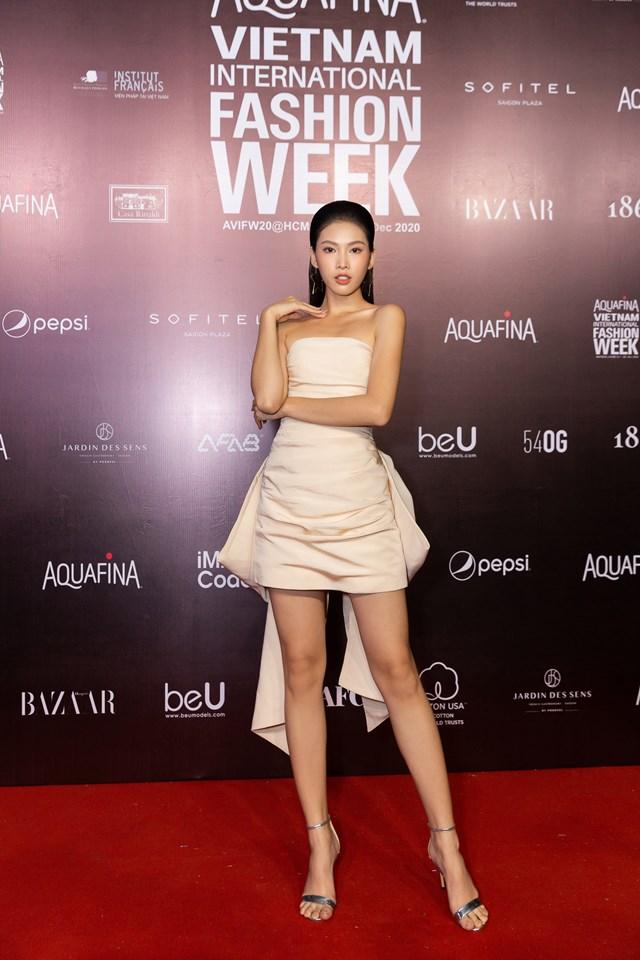 Trong khi đó, Á hậu 2 Việt Nam 2020 Ngọc Thảo lại sắc sảo trong thiết kế cúp ngực ôm sát, khoe chiều cao đáng ngưỡng mộ cùng thần thái sắc lạnh.