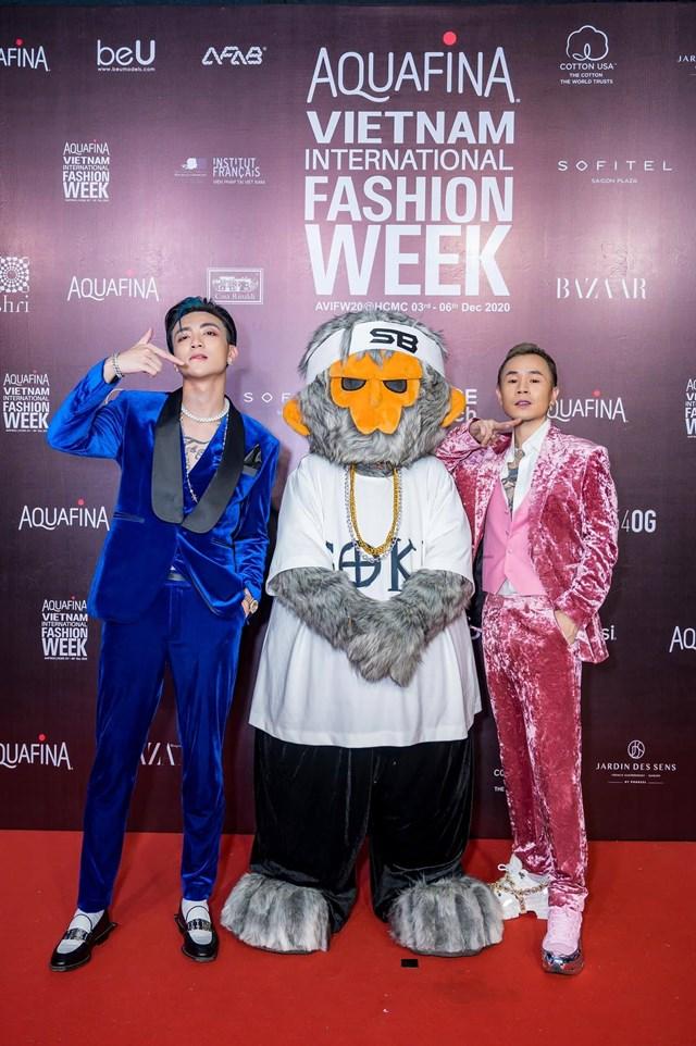Binz và Soobin Hoàng Sơn có màn kết hợp ăn ý trong ca khúc Black Jack tại Tuần lễ Thời trang Quốc tế Việt Nam 2020.