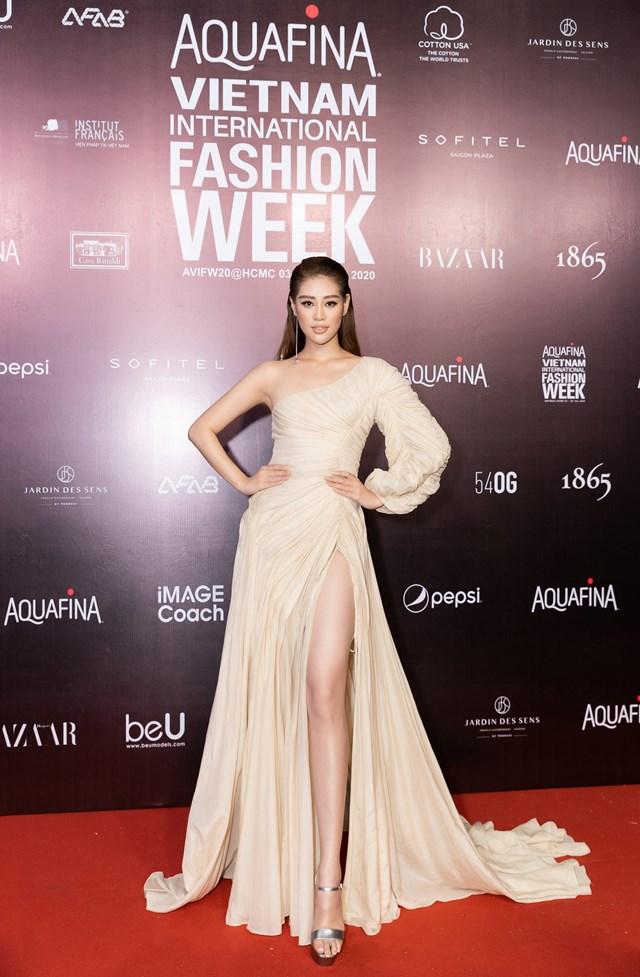 Xuất hiện với chiếc đầm xếp ly màu kem, Hoa hậu Hoàn vũ Việt Nam 2019 Khánh Vân tự tin thu hút sự chú ý của mọi người