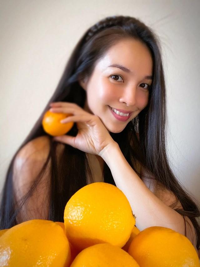"""Hiền Thục trẻ trung, xinh đẹp ngày cuối tuần, cô nhắn nhủ: """"Đây không phải tiết mục bán cam. Chỉ là khuyến khích hãy ăn cam nhiều để có đề kháng tốt. Chúc mọi người ngày tốt lành, giữ gìn sức khoẻ cẩn thận và bình an""""."""