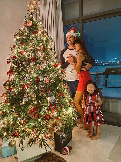 Gia đình siêu mẫu Hà Anh thích thú vì mua được cây thông Noel cao 2,1 m.