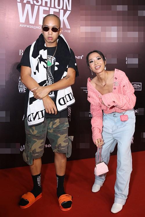 Rapper Suboi diện trang phục cá tính cùng chồng đến tham gia sự kiện Tuần lễ thời trang Quốc tế Việt Nam ngày thứ hai.