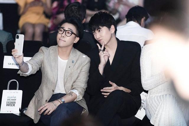 """Karik biểu cảm dễ thương """"rụng tim"""" tại hàng ghế khán giả Tuần lễ Thời trang Quốc tế Việt Nam 2020."""