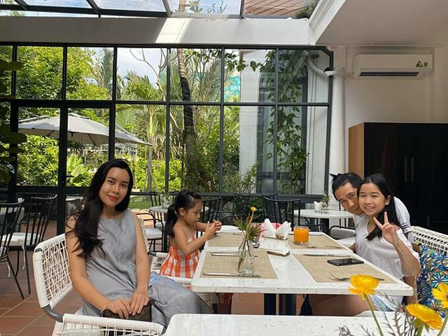 Gia đình Hồ Hoài Anh - Lưu Hương Giang tranh thủ pose hình khi đi ăn sáng ngày cuối tuần.