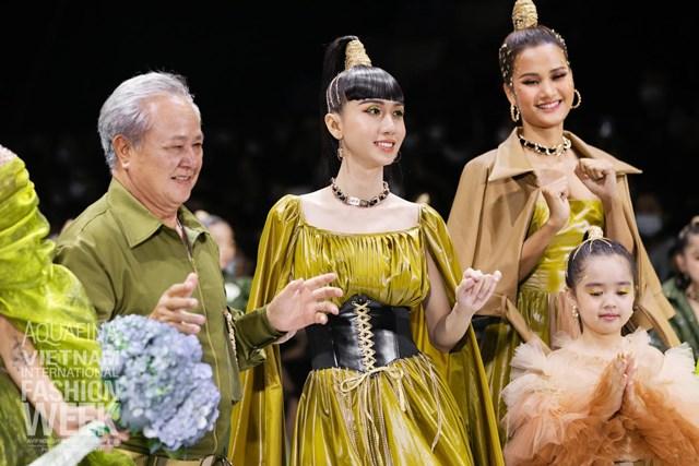 Từ khi quyết định chuyển giới, Link Lee ngày càng xinh đẹp, nữ tính và thành công hơn trong sự nghiệp. Tối 5/12, cô tham gia show thời trang của NTK Thảo Nguyễn tại Aquafina – Tuần lễ Thời trang Quốc tế Việt Nam 2020.