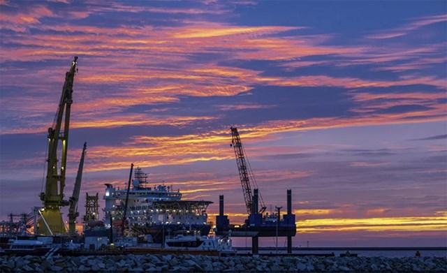 """Tàu đặt ống của Nga """"Akademik Tscherski"""" đang được triển khai để hoàn thành dự án Nord Stream 2 trên Biển Baltic, được neo đậu tại cảng Mukran trên đảo Ruegen, Đức, ngày 8/9/2020. Nguồn: AP."""