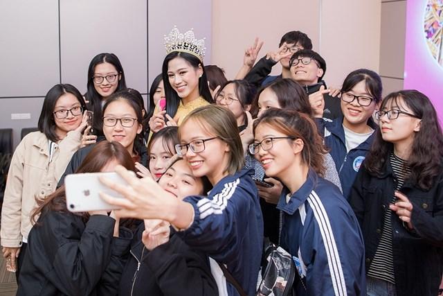 Hoa hậu Việt Nam 2020 Đỗ Thị Hà lần đầu về thăm trường Đại học Kinh tế Quốc dân kể từ khi đăng quang. Tại buổi gặp gỡ, Đỗ Thị Hà xúc động khi nhắc đến những vất vả mà bố mẹ trải qua để nuôi dạy con cái khôn lớn. Từ đó, cô có thể yên tâm học tập và thi đậu vào ngôi trường danh giá như Đại học Kinh tế Quốc dân.