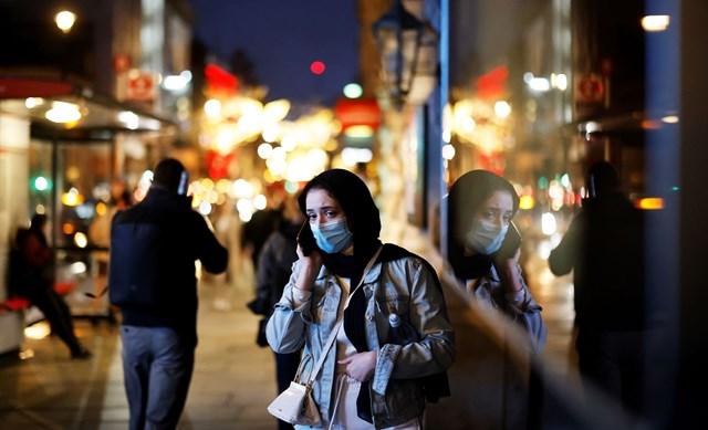 Người dân London (Anh) cảnh giác khi đi bộ qua các cửa hiệu ở khu Piccadilly. Ảnh: AFP/Getty Images.