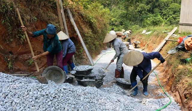 Người dân huyện Bạch Thông (Bắc Kạn) làm đường giao thông nông thôn.