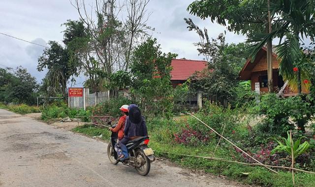 Đường vào Nhà tưởng niệm anh hùng liệt sỹ Y Ơn Niê ở buôn căn cứ cách mạng Đắk Tuôr, xã Cư Pui.
