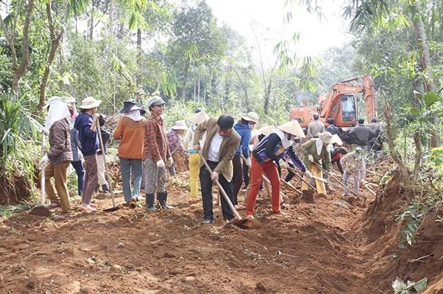 Người dân tham gia xây dựng đường giao thông nông thôn mới. Ảnh: N.Quốc.