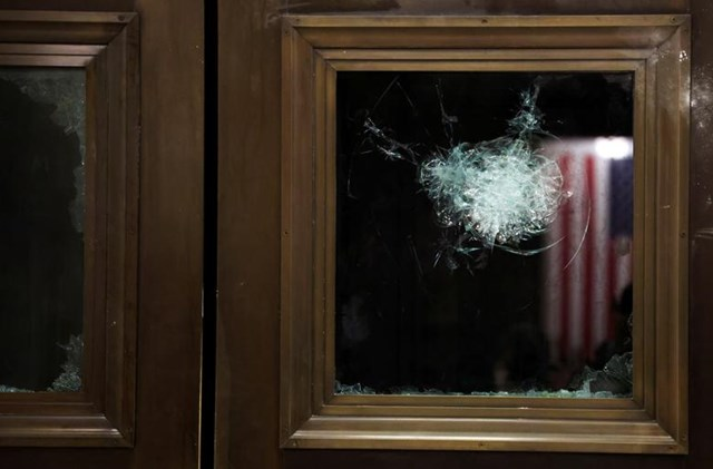 Một cửa sổ bị vỡ gần phòng họp của Quốc hội. Ảnh: Reuters.