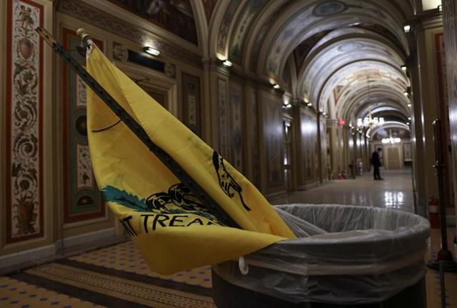 Một lá cờ trong thùng rác tại Tòa nhà Quốc hội Mỹ. Ảnh: Reuters.