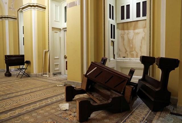 Đồ đạc ngổn ngang một hành lang trong Tòa nhà Quốc hội. Ảnh: Reuters.