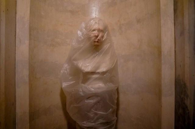 Một chiếc túi nhựa bảo vệ bao phủ bức tượng bán thân của Tổng thống Zachary Taylor ở điện Capitol. Ảnh: Reuters.