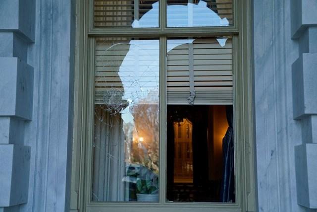 Một cánh cửa sổ bị đập vỡ. Ảnh: Reuters.