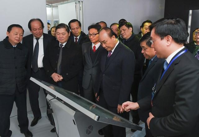 Thủ tướng cùng các đại biểu trải nghiệm công nghệ 3D mapping giới thiệu về Trung tâm Đổi mới sáng tạo quốc gia. Ảnh: VGP/Quang Hiếu.