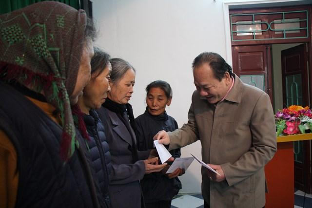 Ông Trần Công Thắng - Chủ tịch Ủy ban MTTQ Việt Nam tỉnh Bắc Giang tặng quà cho người nghèo huyện Yên Thế.