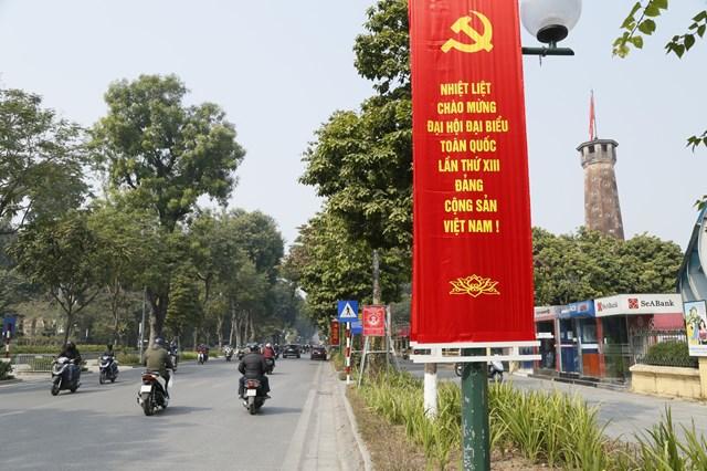 Hà Nội trang hoàng lộng lẫy để mừng Đảng, mừng Xuân, mừng đất nước đổi mới.