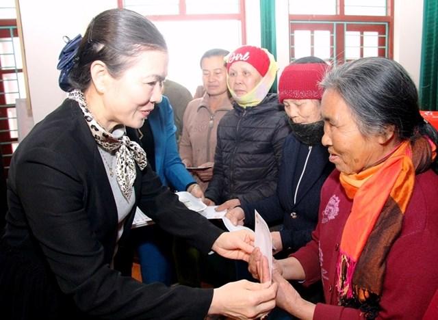 Bà Trương Thị Ngọc Ánh - Phó Chủ tịch UBTƯ MTTQ Việt Nam thăm và tặng quà cho các hộ chính sách tại Thanh Hóa. Ảnh: Trần Thanh.